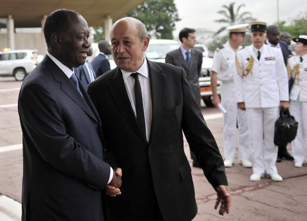 Le président ivoirien Alassane Ouattara (à g.) et le ministre français de la Défense, Jean-Yves Le Drian, le 9 mai à Abidjan. AFP PHOTO/ SIA KAMBOU