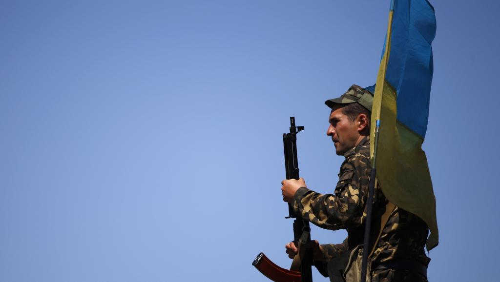 Les autorités de Kiev ont annoncé vouloir poursuivre les opérations militaires contre les séparatistes dans l'est de l'Ukraine. Photo d'un soldat ukrainien à Marioupol le 11 mai 2014. REUTERS/Marko Djurica