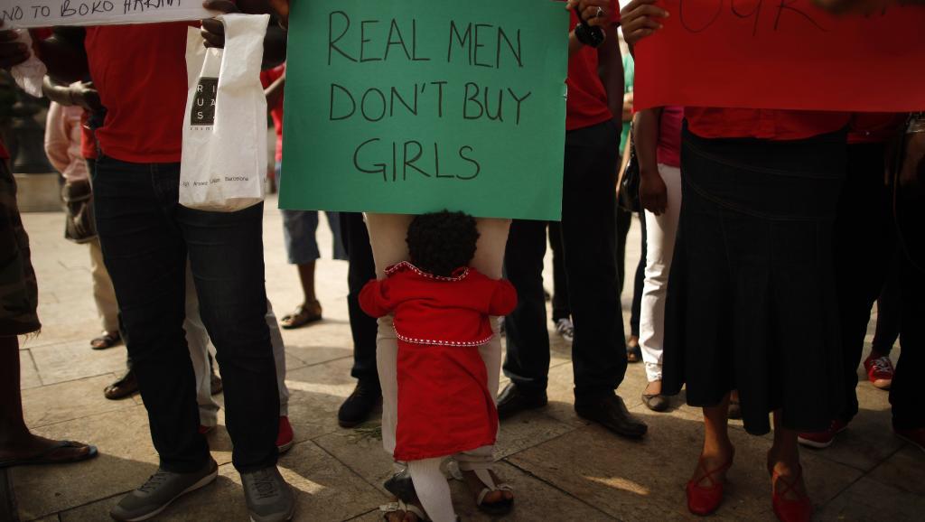 Des Nigérians manifestent leur soutien aux jeunes filles enlevées par Boko Haram, lors d'un rassemblement organisé par une association nigériane à Malaga, en Espagne, ce mardi 13 mai. REUTERS/Jon Nazca