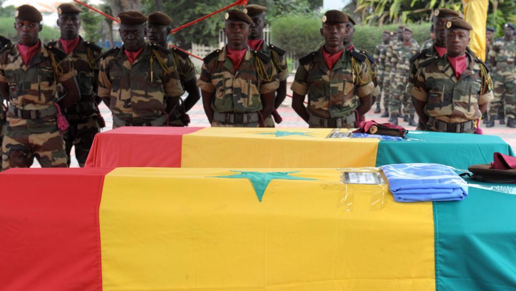 Des soldats sénégalais rendent hommage, à Dakar, à deux de leurs compatriotes, tués dans un attentat à Kidal le 14 décembre dernier. «Mortalla», arrêté par les militaire français, est soupçonné d'être impliqué dans cet attentat.