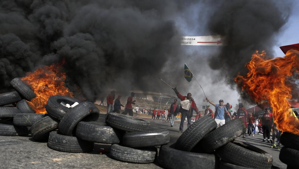 Des militants du Mouvement des travailleurs sans toit (MTST) ont bloqué des rues à Sao Paulo, ce jeudi 15 mai.