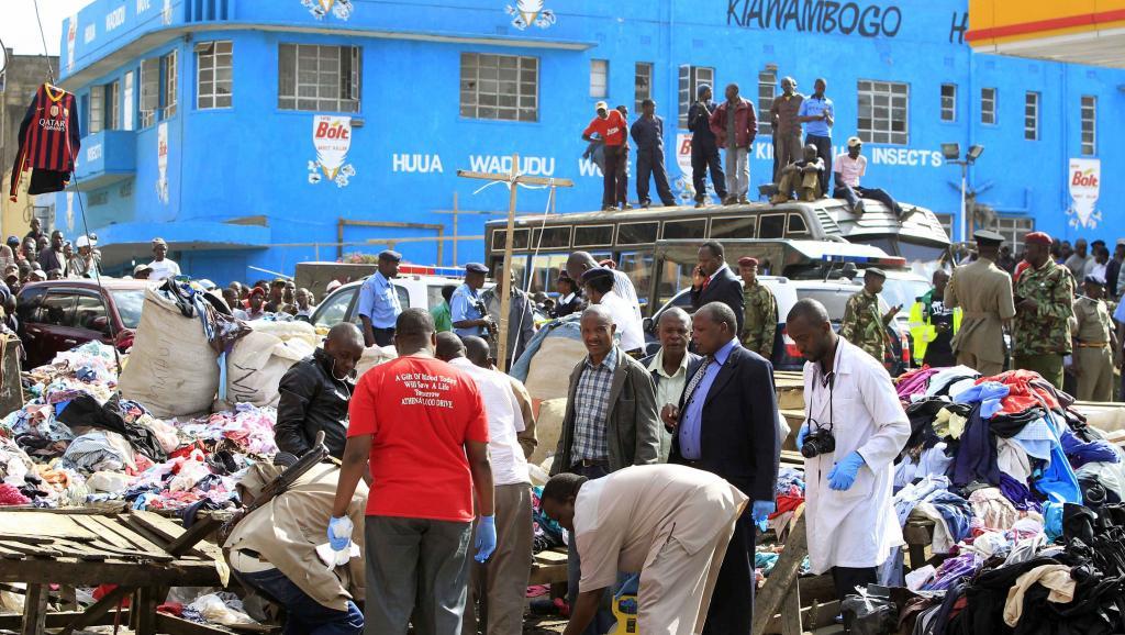 Une équipe de la police scientifique sur les lieux des attentats au marché de Gikomba, à Nairobi, capitale kényane, le 16 mai 2014.