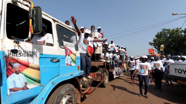 Des supporters de Nuno Gomes Nabiam, candidat à la présidentielle, le 16 mai 2014 à Bissau. AFP PHOTO/SEYLLOU