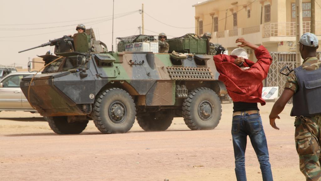 Fouille au corps des électeurs devant le centre de vote de Kidal, sous la surveillance des militaires français de Serval.