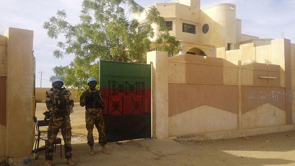 Des soldats de la Minusma montent la garde devant le gouvernorat de Kidal, le 15 novembre 2013. REUTERS