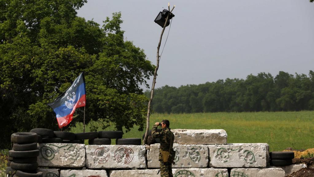 Militant pro-russe devant une barricade située non loin de Sloviansk, le 19 mai 2014. REUTERS/Yannis Behrakis