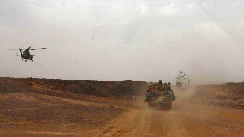 Un hélicoptère de l'armée française escorte un véhicule transporte le Premier ministre malien Moussa Mara, le 17 mai à Kidal. AFP PHOTO / Fabien Offner