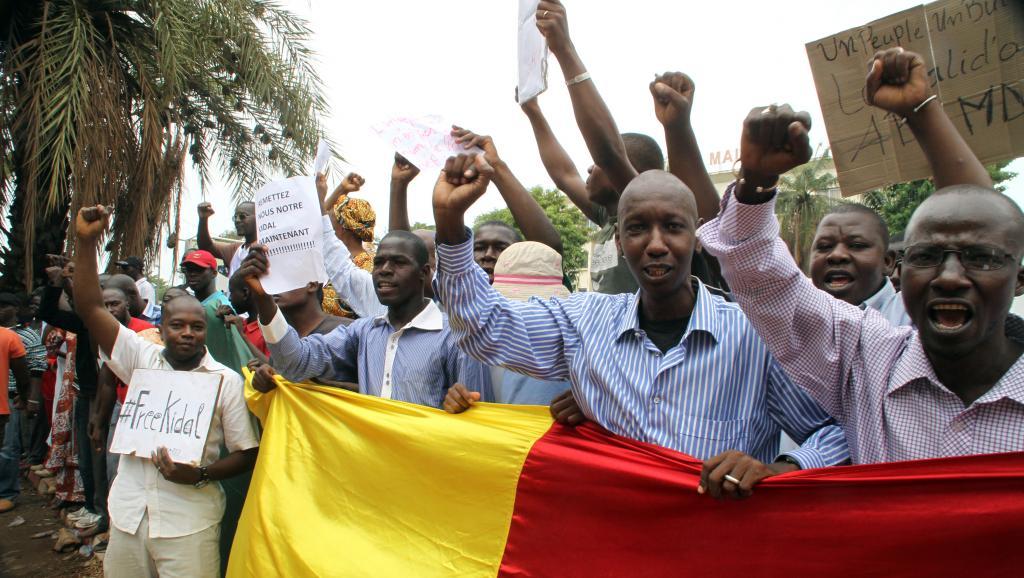 Des manifestants dénoncent l'occupation de Kidal par le MNLA, devant l'ambassade de France à Bamako, le 19 mai 2014. AFP PHOTO / HABIBOU KOUYATE