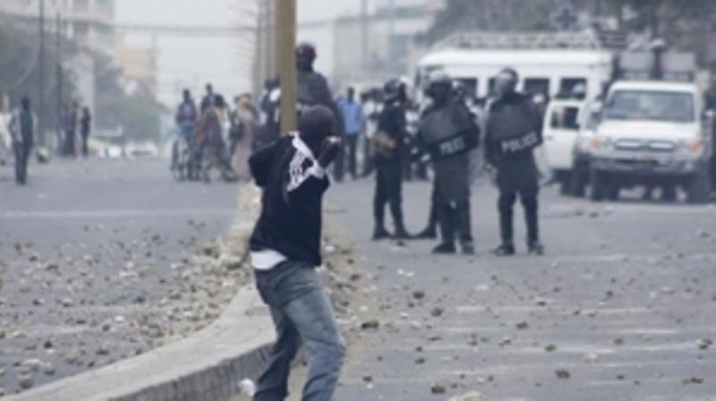 UCAD-Echanges de lacrymogène et de pierres entre forces de l'ordre et étudiants: La démission de Mari Teuw Niane réclamée