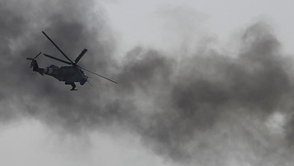 Un hélicoptère de combat ukrainien Mi-24 au-dessus de l'aéroport de Donetsk. REUTERS/Yannis Behrakis