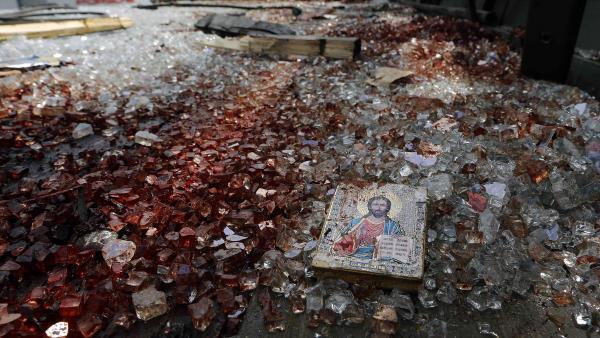 """Sur la route qui mène à l""""aéroport de Donetsk, ce mardi 27 mai, des flaques de sang et des débris de verre de camions criblés de balles. REUTERS/Yannis Behrakis"""