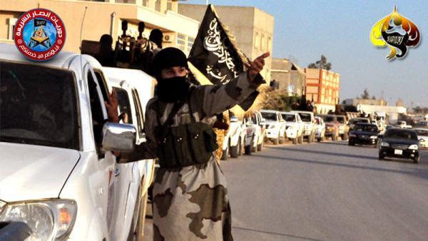 Un blindé frappé de l'insigne de la branche libyenne d'Ansar al Charia sur un checkpoint positionné sur l'une des entrées de Benghazi