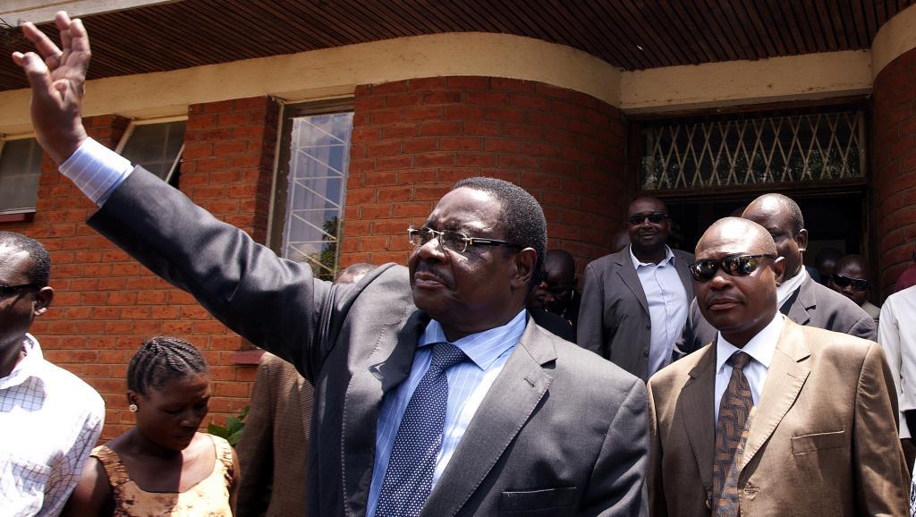 Sur cette photo prise le 14 novembre 2013, Peter Mutharika sort du siège de la Haute Cour à Lilongwe. AFP PHOTO / AMOS GUMULIRA