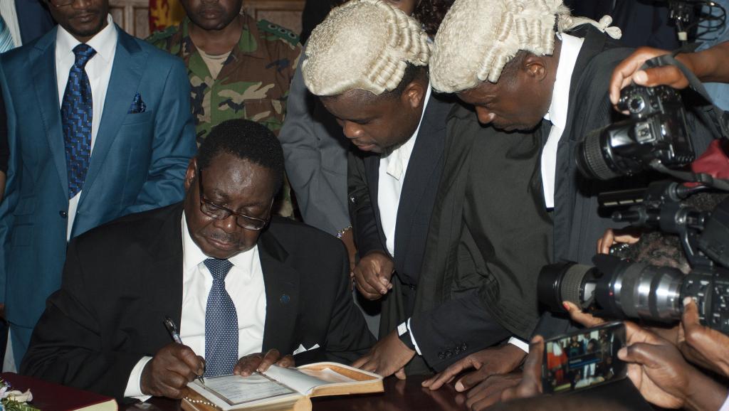 Le nouveau président du Malawi Peter Mutharika signe un document à la Haute Cour lors de la cérémonie d'investiture à Blantyre, le 31 mai 2014.