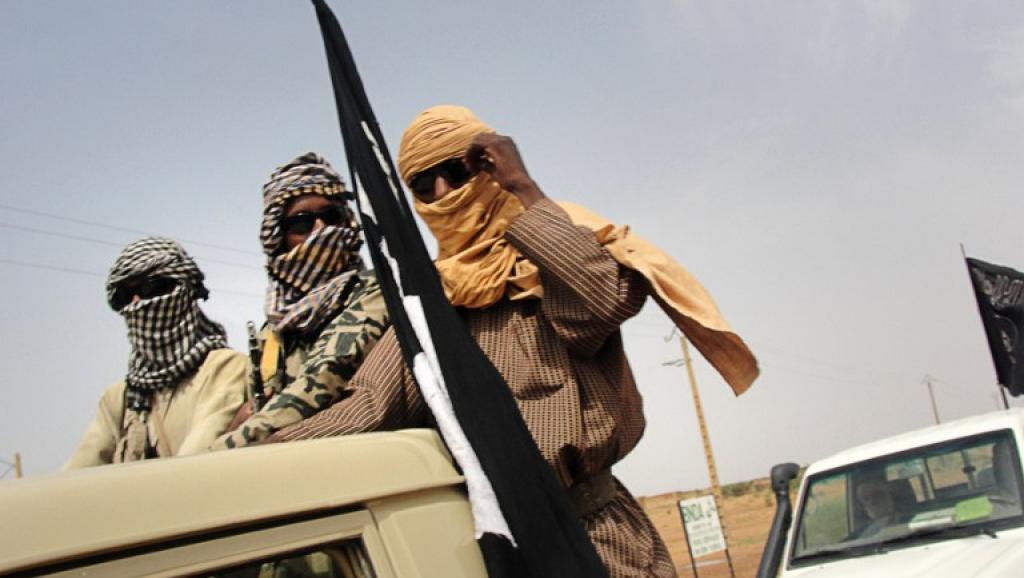 Eléments du Mujao près de l'aéroport de Gao, au Mali. AFP PHOTO / ROMARIC OLLO HIEN