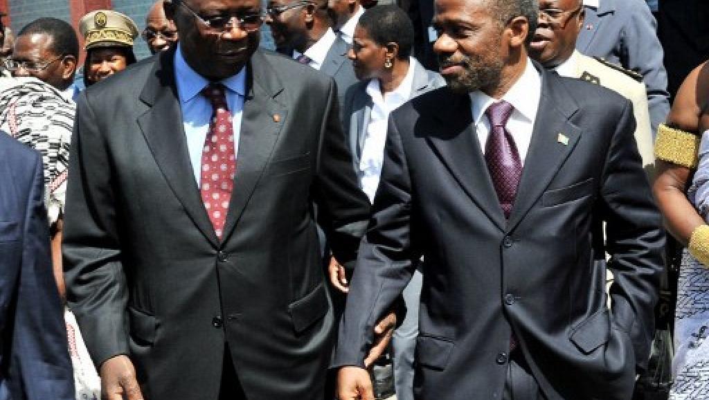 Le Premier ministre ivoirien Jeannot Ahoussou-Kouadio et Danon Djedje (FPI), à Grand-Bassam le 27 avril 2012.