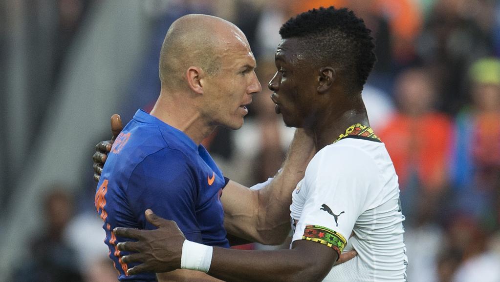 Arjen Robben s'est emporté après un tacle par derrière dangereux de Rashid Sumaila. REUTERS/Toussaint Kluiters/United Photos