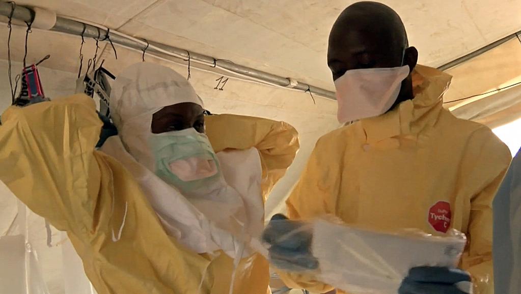 Des infirmiers se préparent à soigner des patients touchés par Ebola, en mars dernier en Guinée. AFP PHOTO / MEDECINS SANS FRONTIERES