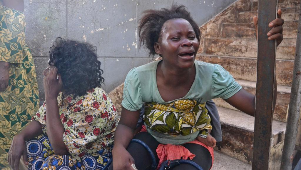 Carine, 24 ans, pleure parce qu'elle n'a pu ramener aucun de ses biens du Congo, faute d'argent. RFI/Habibou Bangré