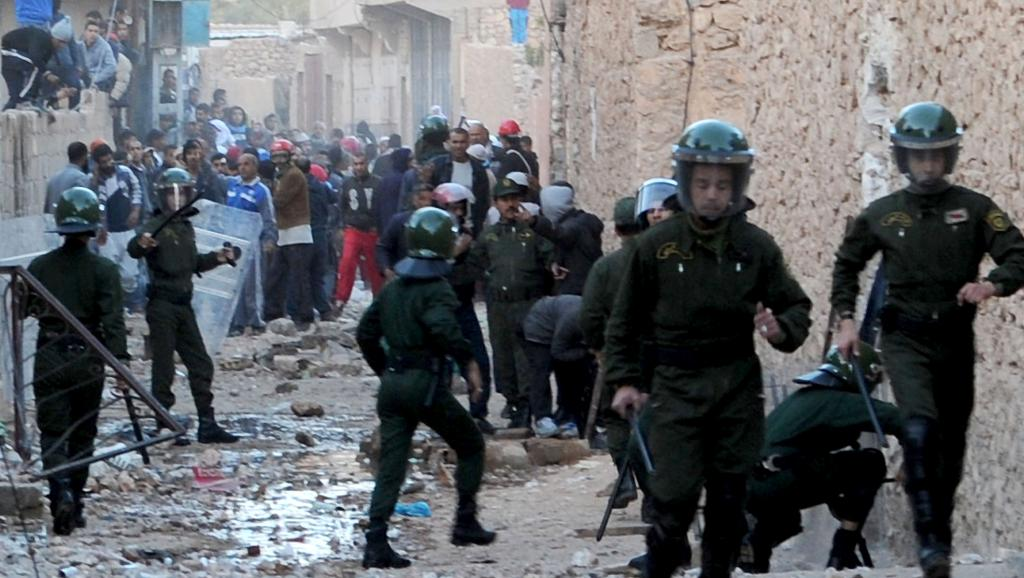 Les forces de l'ordre algériennes affrontent des habitants de Ghardaïa, en proie à des violences communautaires, le 18 mars 2014.