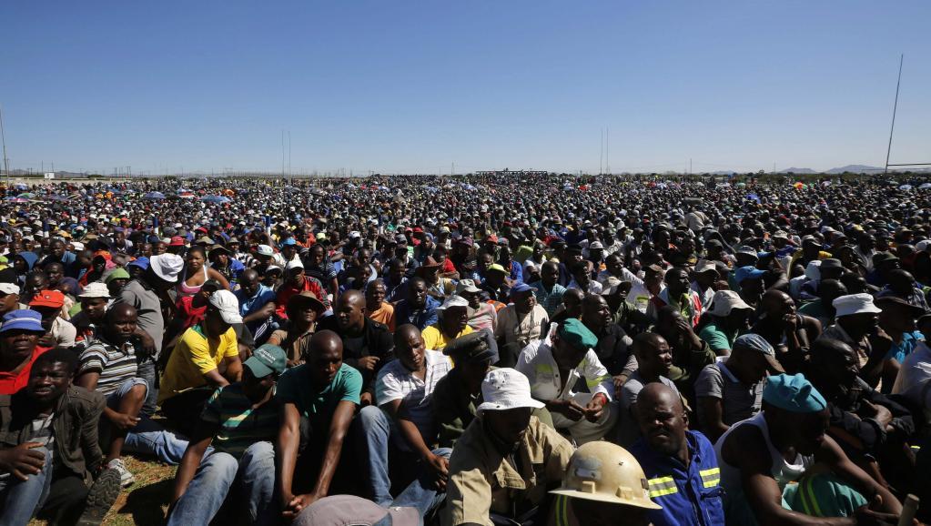 Rassemblement de mineurs dans la «ceinture de platine» affectée par une longue grève qui dure depuis le 23 janvier. REUTERS/Mike Hutchings