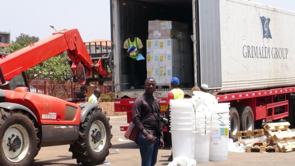 Un camion de l'OMS déchargeant des fournitures médicales d'urgence pour face à l'épidémie de fièvre Ebola, à Conakry, le 23 mars 2014.
