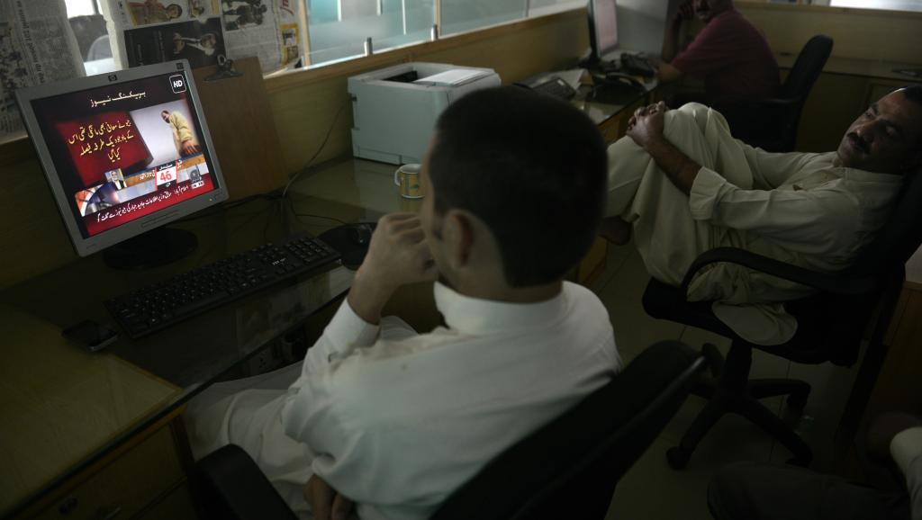 Des Pakistanais regardent Geo News, la première chaîne d'information privée du pays. AFP PHOTO/Farooq NAEEM