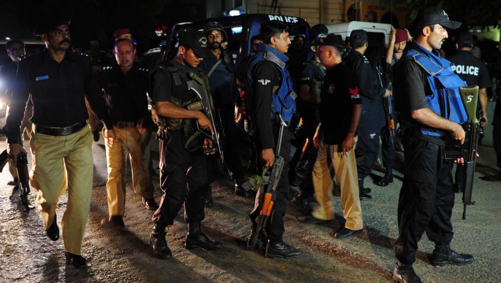 Des membres des forces de sécurité rassemblés à l'extérieur de l'aéroport de Karachi après l'attaque menée contre cet aéroport par des hommes lourdement armés, dimanche 8 juin 2014.