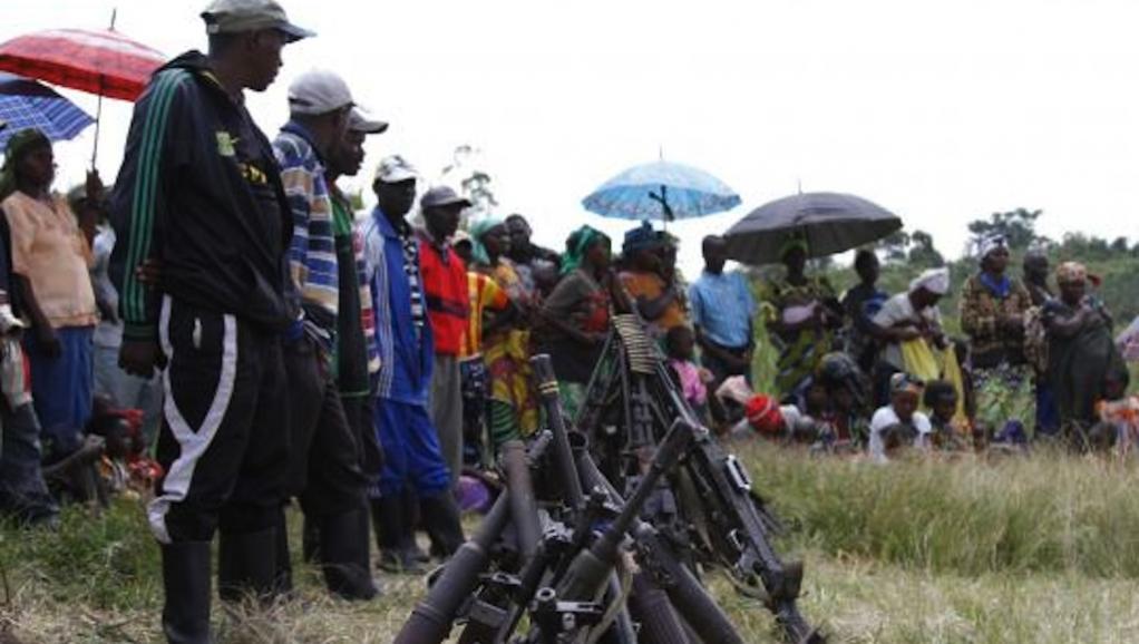 Armement des rebelles FDLR qui se sont rendus à Kateku, dans l'Est de la RDC, le 30 mai 2014. REUTERS/Kenny Katombe