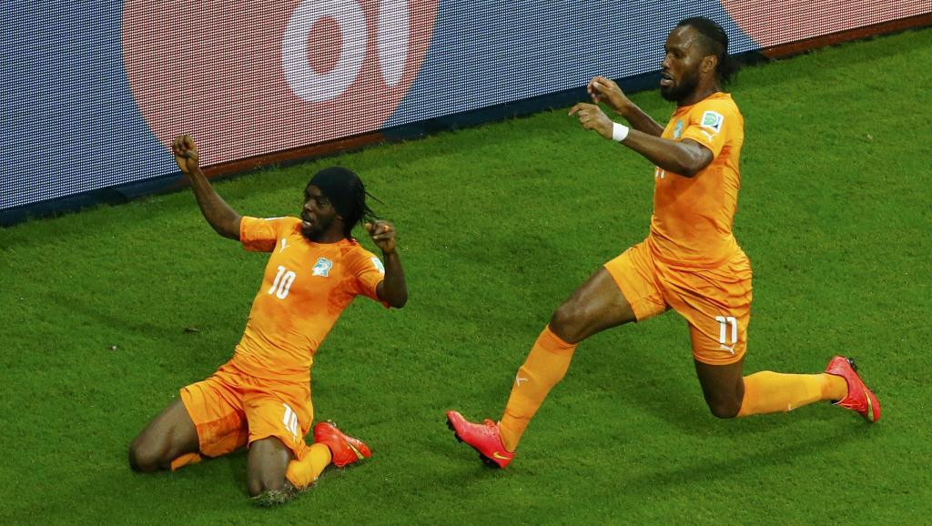 Les Ivoiriens Gervinho (à gauche) et Didier Drogba. REUTERS/Ruben Sprich