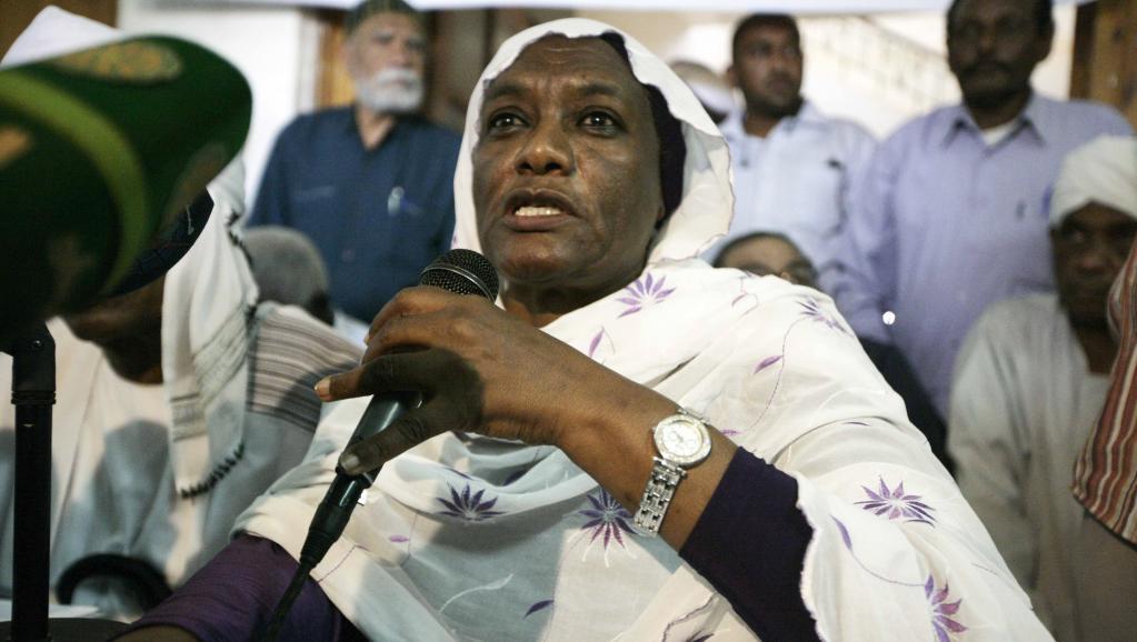 Sarah Nugdallah, secrétaire générale du parti Oumma, dénonce l'arrestation d'al-Mahdi, le 18 mai 2014. AFP PHOTO/EBRAHIM HAMID