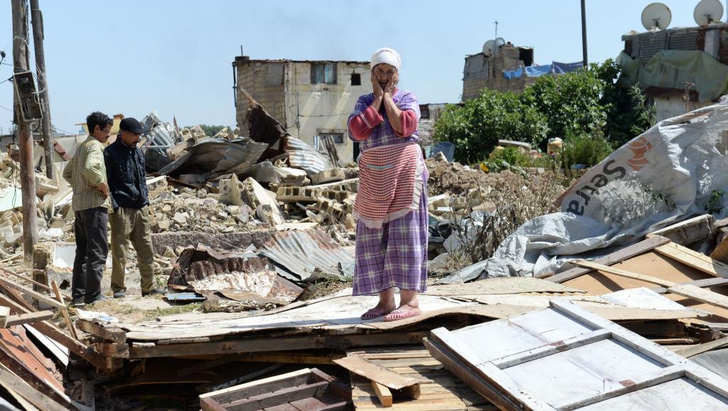 Une femme au milieu des ruines de sa maison après la destruction du plus vieux bidonville de Casablanca, le 4 juin 2014.