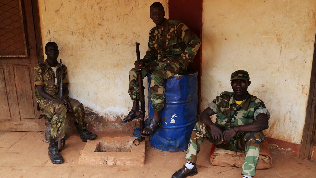 Des soldats de la Seleka en attente dans leur quartier général de Bambari. REUTERS/Emmanuel Braun