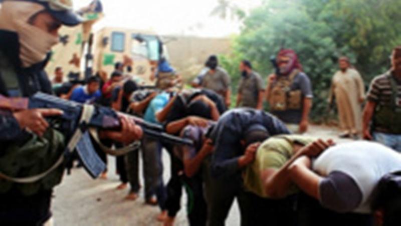 Des clichés montrent des hommes présentés comme des combattants rebelles de l'EIIL tirant sur leurs captifs. Sur d'autres photographies, des hommes gisent, du sang maculé sur leurs vêtements.