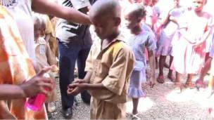Le 10 juin, le ministère de la Santé guinéen a annoncé que 376 personnes avaient été touchées par la fièvre hémorragique Ebola, qui a fait 241 morts.