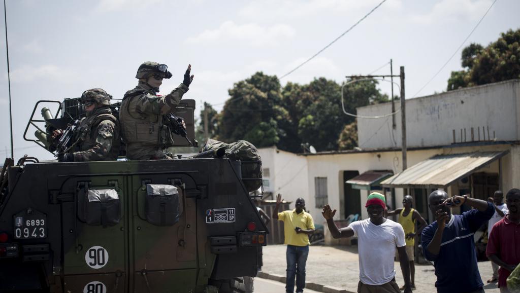 Les habitants de la commune de Bouar, à l'extrême ouest de la Centrafrique, accueille les militaires français de la force Sangaris venus du Cameroun limitrophe, le 7 décembre 2013. AFP PHOTO / FRED DUFOUR
