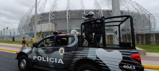 Une patrouille de police brésilienne avant le match Brésil - Mexique au stade Castelao de Fortaleza. Photo d'illustration.  VANDERLEI ALMEIDA / AFP