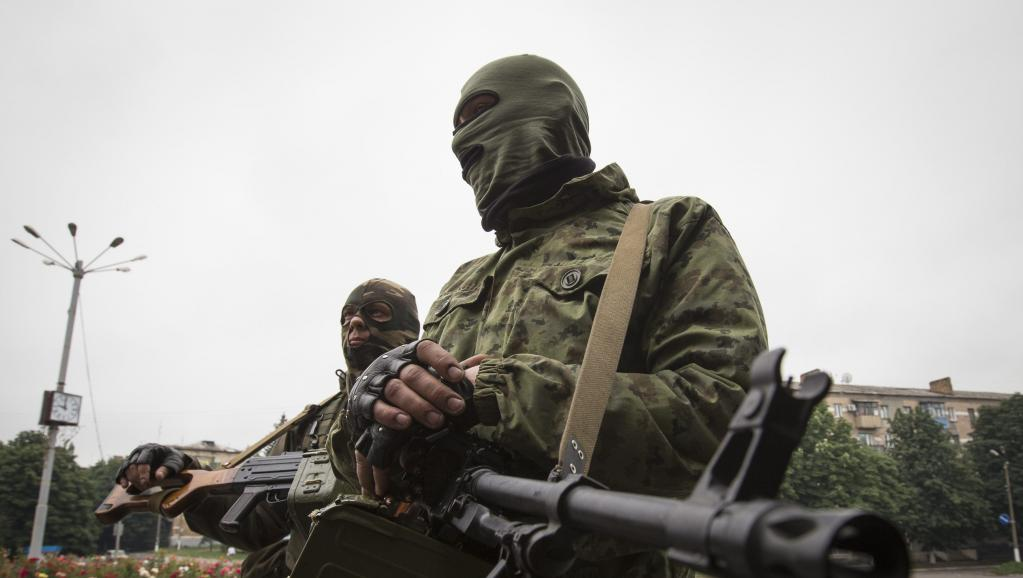 Des séparatistes pro-russes dans les rues de Snizhnye, dans l'est de l'Ukraine, le 12 juin 2014. REUTERS/Shamil Zhumatov
