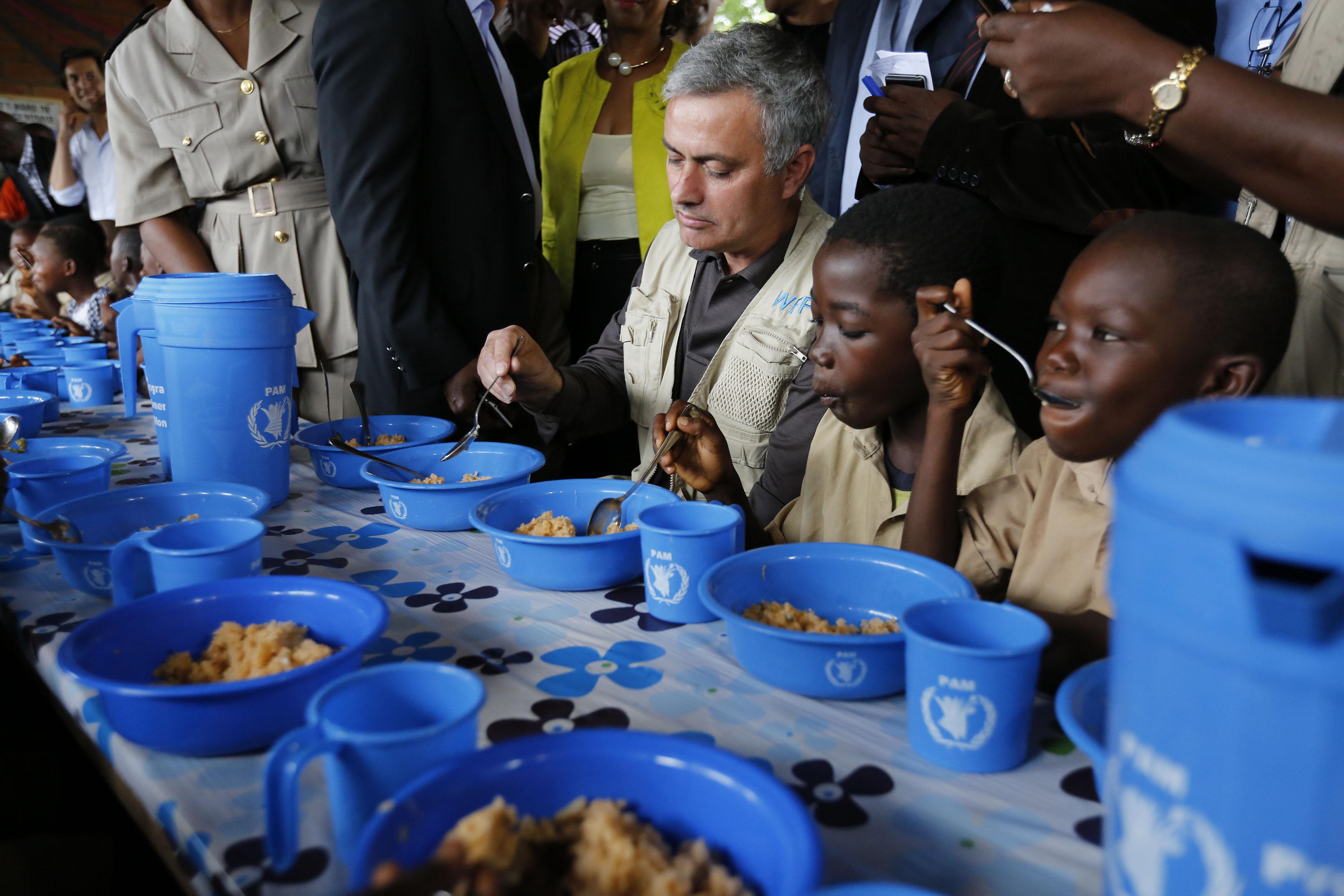 Jose Mourinho, ambassadeur du Pam contre la faim, rencontre les enfants victimes de la crise en Côte d'ivoire
