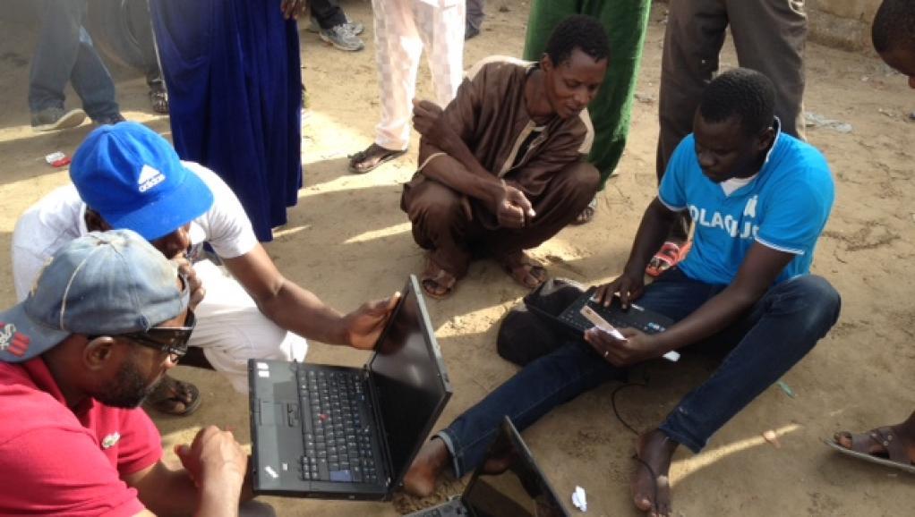 Des jeunes munis d'un ordinateur aident les électeurs à trouver leur bureau de vote, moyennant 100 ouguiyas soit environ 25 centimes d'euros. Marie-Pierre Olphand