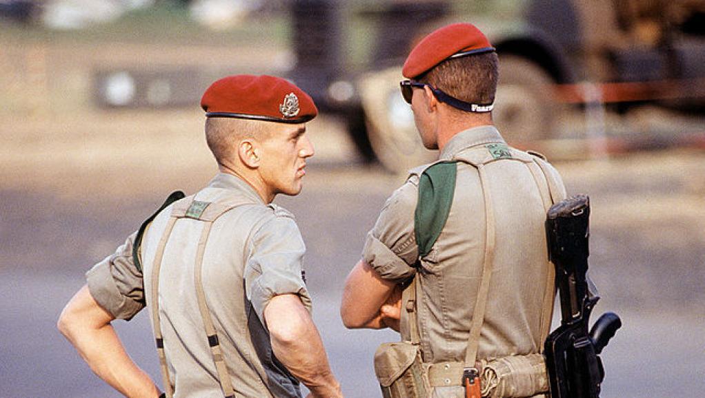 Des soldats parachutistes français à l'aéroport de Kigali, le 14 août 1994. wikipedia