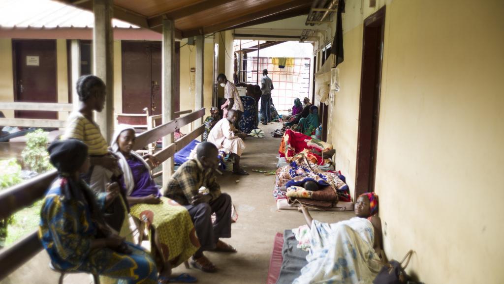 Couloir de hôpital de Bangui, en RCA, aujourd'hui surpeuplé. AFP PHOTO/FRED DUFOUR