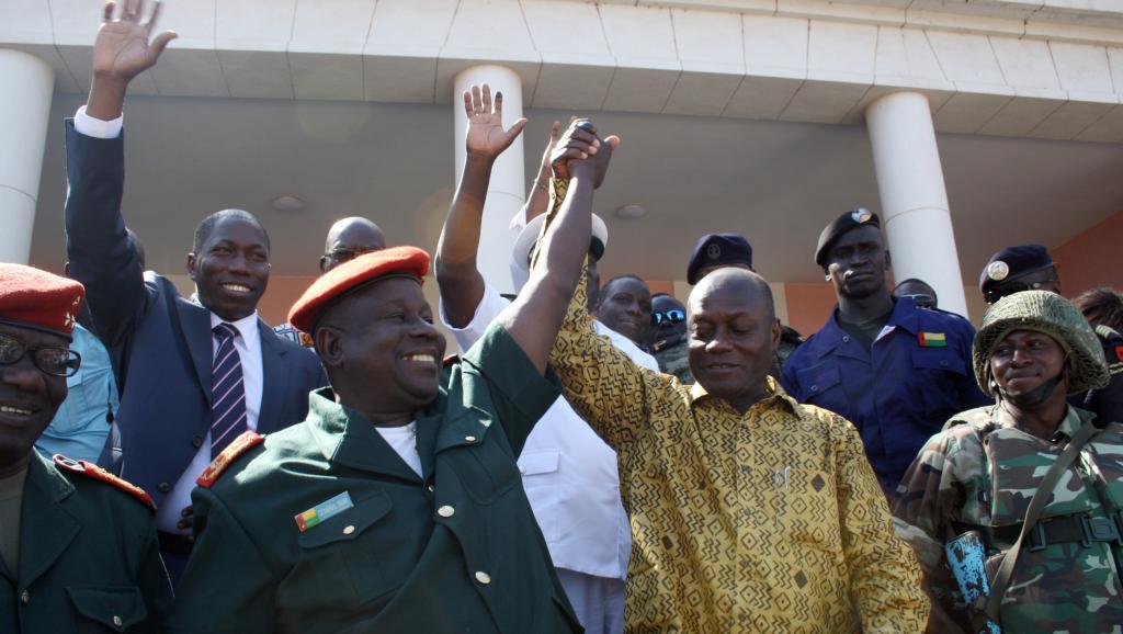 Le président élu José Mario Vaz (D) après l'annonce de sa victoire, aux côtés du chef d'état-major des armées de Guinée-Bissau, le 20 mai 2014.