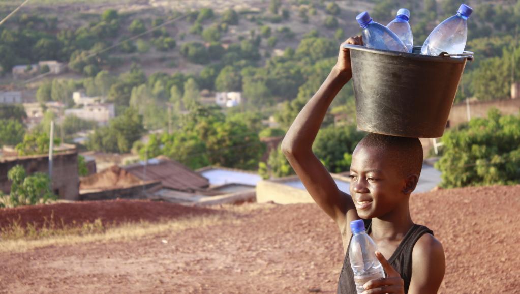 Enfant vendeur d'eau à Bamako, Mali. Getty Images/Moment