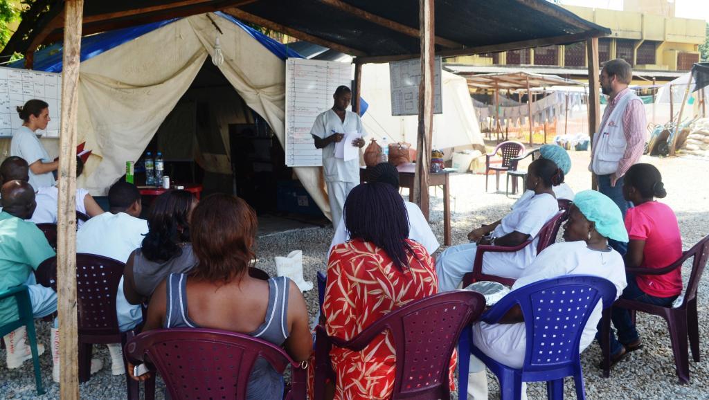 Une réunion sur Ebola avant une intervention à l'hôpital Donka de Conakry, Guinée, le 28 juin 2014. AFP PHOTO / CELLOU BINANI