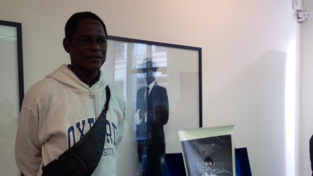 Le photographe camerounais Samuel Fosso dans la galerie de Jean-Marc Patras à Paris le 2 juillet 2014. RFI/Grégoire Sauvage