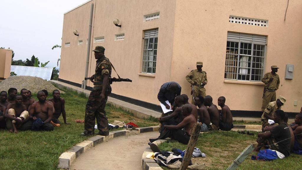 Des soldats ougandais détiennent des hommes suspectés d'avoir participé à l'attaque armée de ce 5 juillet près de la frontière avec la RDC.