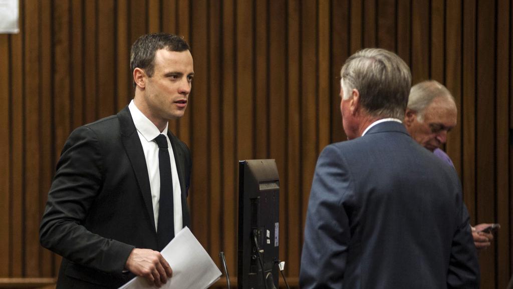 Le champion paralympique sud-africain, Oscar Pistorius (G), lundi 7 juillet, au 38e jour de son procès à Pretoria.