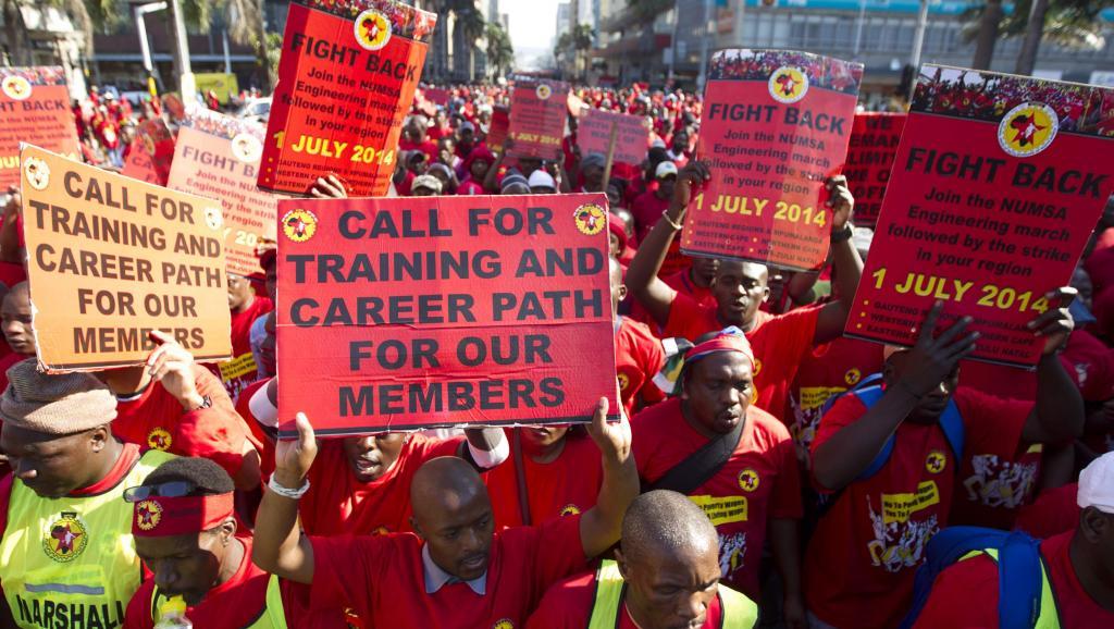 Des membres de la Numsa manifestent le 1er juillet 2014 dans les rues de Durban. REUTERS/Rogan Ward