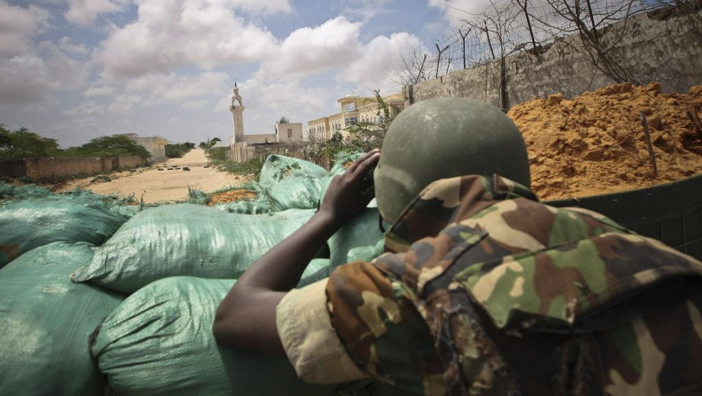 Un soldat de l'Amison installé dans un poste de surveillance au nord de Mogadiscio. Reuters/Stuart Price